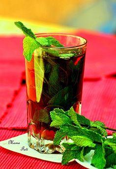 Le thé à la menthe marocain,de la menthe, du sucre et de l'eau très chaude, un délice !