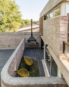 A patch of grass has been planted in a section cut away from the tiled floor of this walled patio on the ground floor apartment of this brick building in Mendoza. Outdoor Walkway, Outdoor Flooring, Outdoor Fire, Outdoor Areas, Outdoor Living, Small Outdoor Spaces, Architecture Design, Residential Architecture, Amazing Architecture