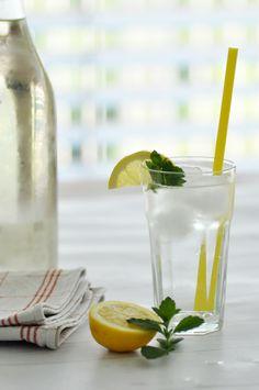 Rezept • Selbstgemachter Zitronen-Melissen Saft Cocktails, Cocktail Drinks, Mojito, Smoothies, Nom Nom, Glass Vase, Table Decorations, Diy, Minden