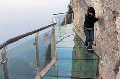 UNE PASSERELLE DE VERRE EN MONTAGNE (CHINE)  Et toi tu serais capable de traverser le pont ?