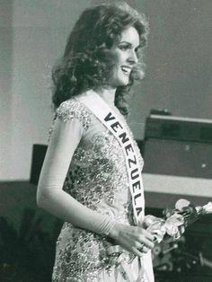 Miss Venezuela Cristal Montañez en el desfile de Traje de Gala en el Miss Universo 1977..
