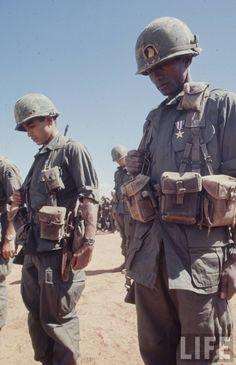 Vietnam War: Airborne soldiers mourn their dead after the battle of Dak To, 1967 Vietnam History, Vietnam War Photos, North Vietnam, Vietnam Veterans, Honor Veterans, Military Veterans, Military Service, American War, American Soldiers