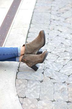 casual fall outfit ideas, fall fashion, comfortable boots, shoe shot - My Style Vita @mystylevita