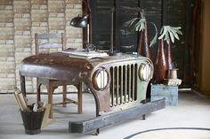Canett+Desk+Skrivebord+-+Vintage+-+Anderledes+skrivebord+fremstillet+af+fronten+på+en+gammel+Jeep.+Stellet+er+består+af+metal+og+skufferne+er+fremstillet+af+træ.+Skrivebordet+har+2+træskuffer+til+opbevaring+af+kontorartikler+eller+andre+småting.+