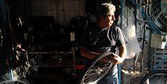 Los mecánicos de bicis del Medellín