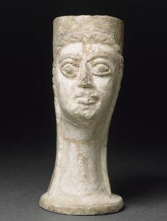 Gobelet à double visage féminin  XIIIe siècle avant J.-C.  Minet el Beida, port d'Ougarit, tombe 6 Fritte de quartz à glaçure polychrome H. : 12,90 cm. ; L. : 9,30 cm. ; D. : 6 cm.