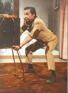 Chespirito interpretando o jornalista Vicente Chambón, em La Chicharra (1979).