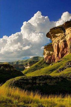 Nestled in the rolling foothills of the Maluti Mountains of the north-eastern Free State lies the Golden Gate Highlands National Park.