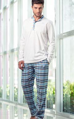 IAN. Conjunto de blusa de Meia malha 100% Algodão e calça de Flanela Renaux 100% Algodão. A blusa possui gola padre, peitilho, bordado Mixte Men´s e botões personalizados reforçados com linha azul. Calça com bolsos e encontro de listras e cadarço.