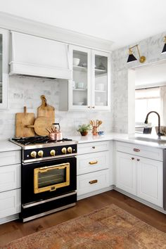 Popular European Design Trends in the Kitchen. Matte black is particularly popular in modern kitchen design, seeing a surge in popularity in 2019 due to its bold yet neutral personality. Kitchen Buffet, Kitchen Chairs, Kitchen Furniture, New Kitchen, Kitchen Decor, Basement Kitchen, Gold Kitchen, Kitchen Cabinet Styles, Kitchen Cabinets
