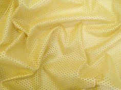 Couro Metalizado Tela (Amarelo).            Couro ecológico com efeito metalizado suave. Possui vazados circulares, seguindo o padrão de uma tela. Tecido leve e maleável, ideal para peças que exijam certa flexibilidade, mas não para peças fluidas.  Sugestão para confeccionar: Saias, shorts, jaquetas, detalhes em peças, vestidos tubinho, entre outros.