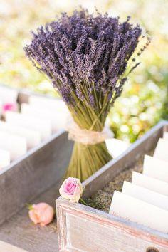 déco mariage champêtre - un bouquet de lavande qui apporte une touche romantique