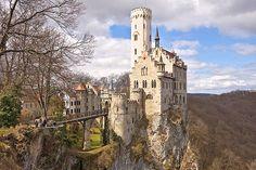 El castillo de #Lichtenstein, en #Alemania, fue construido para rendir homenaje a la época medieval, con un estilo claramente #neogotico y una decoración fuertemente vinculada con el romanticismo, semejando un pintoresco castillo de fábula que se alza en un lugar imposible, entre laderas de montañas tapizadas por los cambiantes tonos de los bosques.