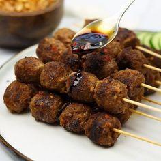 Vandaag kan de bbq weer aan! Leg er eens deze Indonesian Food, Indonesian Recipes, Nasi Goreng, Tandoori Chicken, Quiche, Sandwiches, Pasta, Ethnic Recipes, Om