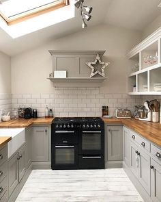 Classic combo of green/grey and wood Home Decor Kitchen, Country Kitchen, New Kitchen, Home Kitchens, Design Your Kitchen, Kitchen Cabinet Design, Kitchen Diner Extension, Cuisines Design, Kitchen Styling