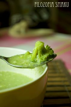 Chińska zupa brokułowa z prażonymi migdałami i sezamem | Filozofia Smaku
