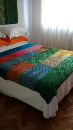 Would like more random color placement. Beginner Knitting Patterns, Knitting Projects, Crochet Bedspread, Crochet Motif, Knit Rug, Manta Crochet, Knitted Blankets, Bed Spreads, Home Crafts
