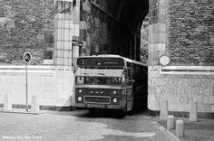 Bus 2 onder de Dom door.