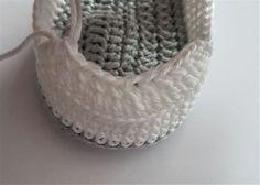 Free crochet pattern baby shoes for newborns! - Baby shoes You need: Crochet hook no. crochet thread: colors) Abbreviations: chain s - Crochet Baby Boots, Crochet Baby Clothes, Crochet For Boys, Crochet Shoes, Crochet Slippers, Double Crochet, Free Crochet, Crochet Yarn, Single Crochet