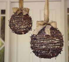 Rustic Christmas decorations are one such comfortable feel decoration that reminds us about the festive that is soon approaching and also promotes the warmth of the rooms. Here are some ideas promoting the rustic feel in the festive and holiday season. Burlap Christmas, Noel Christmas, All Things Christmas, Winter Christmas, Christmas Ornaments, Handmade Christmas, Christmas Balls, Ball Ornaments, Ornaments Ideas