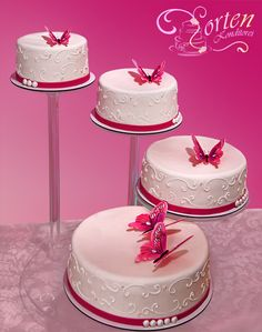 Torte 9: Hochzeitstorte mit den Schmetterlingen aus Zucker. Größen von ca. 32, 26, 22 und 18 cm. Je nach Schnittgröße ca. 80 Tortenstücke.