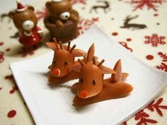 reindeer from mini hot dogs ~ dried noodle or pretzel stick for antlers, black sesame seeds/grains for eyes, red pepper bits for Rudolph's noseReindeer from Wiener christmas 2015 08 Christmas Party Food, Xmas Food, Christmas Treats, Christmas 2015, Food Crafts, Diy Food, Food Art For Kids, Cake Decorating Videos, Bento Recipes