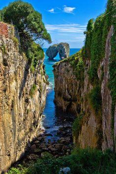 La Canalina , una pequeña ensenada en la costa de Llanes, Asturias, España