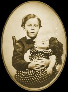 Boy with dead sibling. Victorian post mortem photography may seem strange, but… Louis Daguerre, Victorian Photos, Victorian Era, Fotografia Post Mortem, Vintage Photographs, Vintage Photos, Memento Mori Photography, Post Mortem Pictures, Post Mortem Photography
