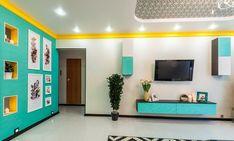 Wohnzimmer in Türkis mit gelber Zierleiste an der Decke