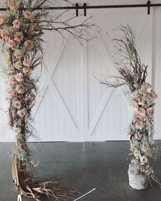 Trending: Wild, wispy and overgrown wedding flowers #2019weddingtrends #oversizedweddingflowers #naturalfloraldesign