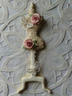 Galleta maniquí con mariposas de papel oblea.