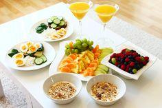 Snídaně: Jste na sladký? Nakrájejte si ovoce všeho druhu do jogurtu s müsli. K pití vymačkejte čerstvou šťávu z grepu, pomeranče a mrkve! Nebo si připravte choco shake (mléko, ledová tříšť a kakao).  Pokud upřednostňujete slané snídaně, udělejte si volské oko, nebo vejce do skla (vařte 5min) s celozr. chlebem a výborným slaným máslem LURPAK (prodává TESKO, cena 69,-), který milujou snad všichni kluci! Nebo zkuste zdravé pomazánky - sojová a provensálská