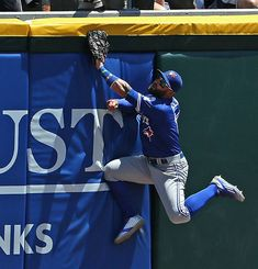 Kevin Pillar of the Toronto Blue Jays collides with the wall trying to catch a home run ball, that gets stuck in the padding, hit by Brett Lawrie of the Chicago White Sox in the inning at U. Cellular Field on June 2016 in Chicago, Illinois. Kevin Pillar, Josh Donaldson, Toronto Blue Jays, Go Blue, Oakland Athletics, Sports Baseball, Chicago White Sox, Sport Man, Bowling