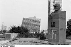 """Halle-Neustadt Lenin-Denkmal (August 1991) ...als es noch vor der """"Klubmensa"""" und der Schwimmhalle stand"""