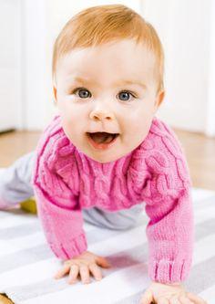 Pretty in pink! Mit diesem hübschen Strickpulli ist Ihr Baby mollig warm, bequemund dennoch chic gekleidet. Denn die Zöpfe, die sich im oberen Teil erstrecken, sind äußerst dekorativ. Gestrickt wirdin einemGarn der Schachenmayr Baby Smiles Kollektion - je nach persönlicher Vorliebe aus MerinoWool,Bravo Baby 185 oder Cotton.