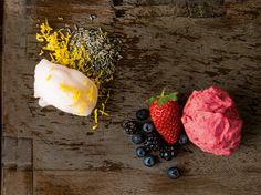 Você sabe qual é a diferença entre sorvete e gelato? Primeiramente, o gelato não possui aromatizantes, conservantes ou corantes artificiais, como os sorvetes. Além disso, eles possuem, em média, be...
