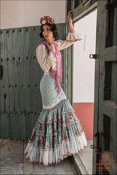 Spanish style – Mediterranean Home Decor Abaya Fashion, Boho Fashion, Fashion Dresses, Womens Fashion, Fashion Design, Flamenco Costume, Flamenco Skirt, Spanish Dress, Spanish Style