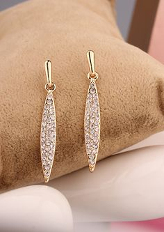 http://www.aliexpress.com/store/product/2014-fashion-jewelry-for-women-repair-anthoxanthin-luxury-bling-the-banquet-bride-and-bridesmaids-long-design/239061_1732008992.html Find More   Information about 2014 New Fashion Big Long Korea Gold Plated Crystal Stud Earrings Channel for Women Drill Banquet  Jewelry Accessories Wholesale,High Quality  ,China   Suppliers, Cheap   from Hawaii Arts Jewelry