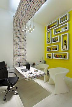 No Escritório do Diretor/Espaço Band, predomina um estilo clean e futurista. Uma mesa suspensa valoriza o pé-direito alto. A criatividade e a reutilização se mostram nos pendentes de latas de spray e nos nichos de papelão. Em uma das paredes, uma agenda, feita de recortes de porcelanato, mostra os compromissos do dia. O ambiente, de 14 m², foi projetado pela arquiteta Carol Matos e pelas designers Dani Moraes e Márcia Starling.