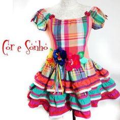 Vestido exclusivo para a festa Junina de meninas. Todo confeccionado em material 100% tricoline algodão de ótima qualidade e flores bordadas de tecidos variados.  Obs: O comprimento da saia é curto  Escolha os tamanhos:  2, 4, 6, 8 ou 10.