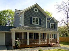 Den Eingangsbereich des Hauses schmückt ein weißes Säulenportal. #Hausbau