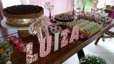 Decoração aniversário menina com mesa e bolo canudos de chocolate e brigadeiro.