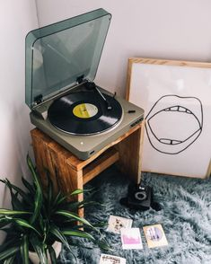 room decor Pressing pause on everything but our favorite record players. Pressing pause on everything but our favorite record players. My New Room, My Room, Vintage Room, Vintage Music, Vintage Records, Room Goals, Aesthetic Rooms, Home And Deco, Shabby Chic Style