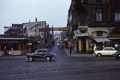 """Reeperbahn - Große Freiheit, etwa 1961. Es liegen noch Straßenbahnschienen. Der Imbiß links kam weg, jetzt ist dort, natürlich, ein Puff, das """"Susi`s"""""""