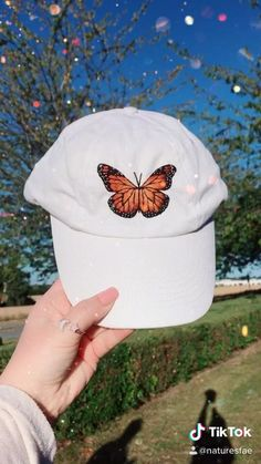 Diy Embroidery Shirt, Diy Embroidery Patterns, Hand Embroidery Videos, Embroidery On Clothes, Butterfly Embroidery, Flower Embroidery Designs, Hand Embroidery Designs, Basic Embroidery Stitches, Simple Embroidery