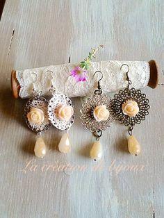 Orecchini fatti a mano con roselline e cristallini finali.