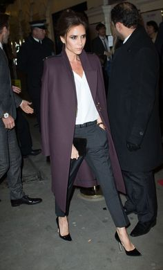 Love the coat Victoria Beckham has on here Office Fashion, Star Fashion, Look Fashion, Womens Fashion, Victoria Beckham Style, Blazer, Work Attire, Passion For Fashion, Autumn Winter Fashion