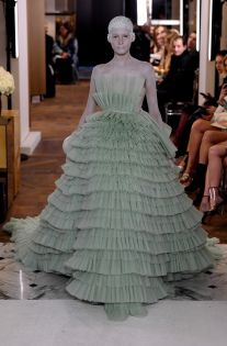 Balmain made its return to the couture world after 16 years. See pictures from the Balmain Haute Couture runway here. Dior Haute Couture, Haute Couture Dresses, Couture Week, Gowns Of Elegance, Elegant Gowns, Long Sleeve Sweater Dress, College Fashion, Large Size Dresses, Fashion News