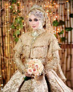 Makeup By FRISCA HP (@friscahp) • Foto dan video Instagram Muslimah Wedding Dress, Muslim Wedding Dresses, Muslim Brides, Pakistani Bridal Dresses, Bridal Wedding Dresses, Bridesmaid Dresses, Bridesmaids, Bridal Hijab, Hijab Bride
