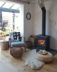 DIY Fireplace Design Ideas To Warm Living Room – Urban Home & Apartment Decor Ideas Wood Stove Hearth, Stove Fireplace, Diy Fireplace, Living Room With Fireplace, Fireplace Design, Wall Fireplaces, Living Room Heater, Wood Stove Surround, Living Rooms